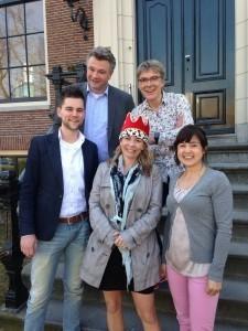 Bovenste rij vlnr: Olfertjan Niemeijer en uw dienaar Onderste rij vlnr: Job Euwes, Britt van Capelleveen (met kroon!) en Daphne van Lit
